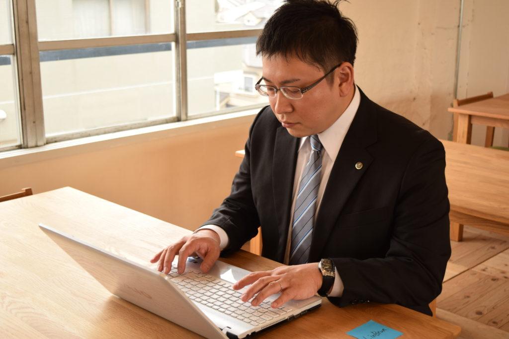 画像:たかおひでき税理士がPC操作している