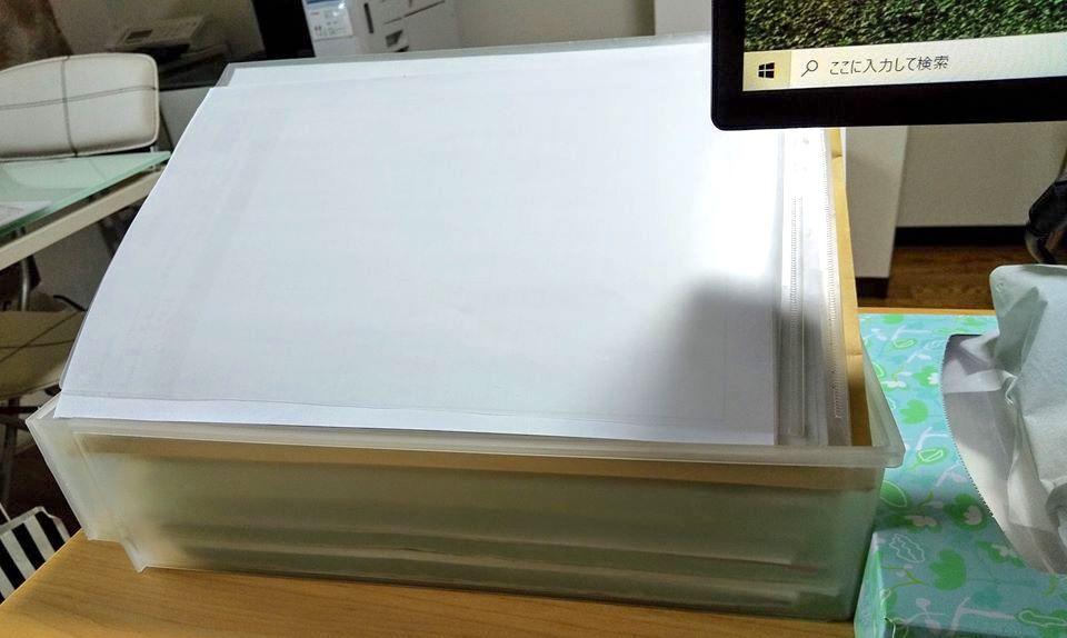 写真は先日、 「事務所が散らかりすぎです!このケースの書類は、先生に早急に対応してもらうものです!それ以外はどけました!」